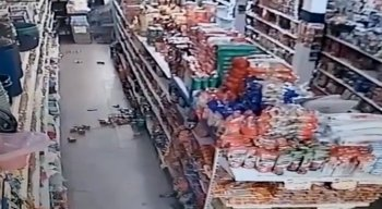 Vídeo mostra produtos caindo das prateleiras de um supermercado devido aos tremores na Bahia.