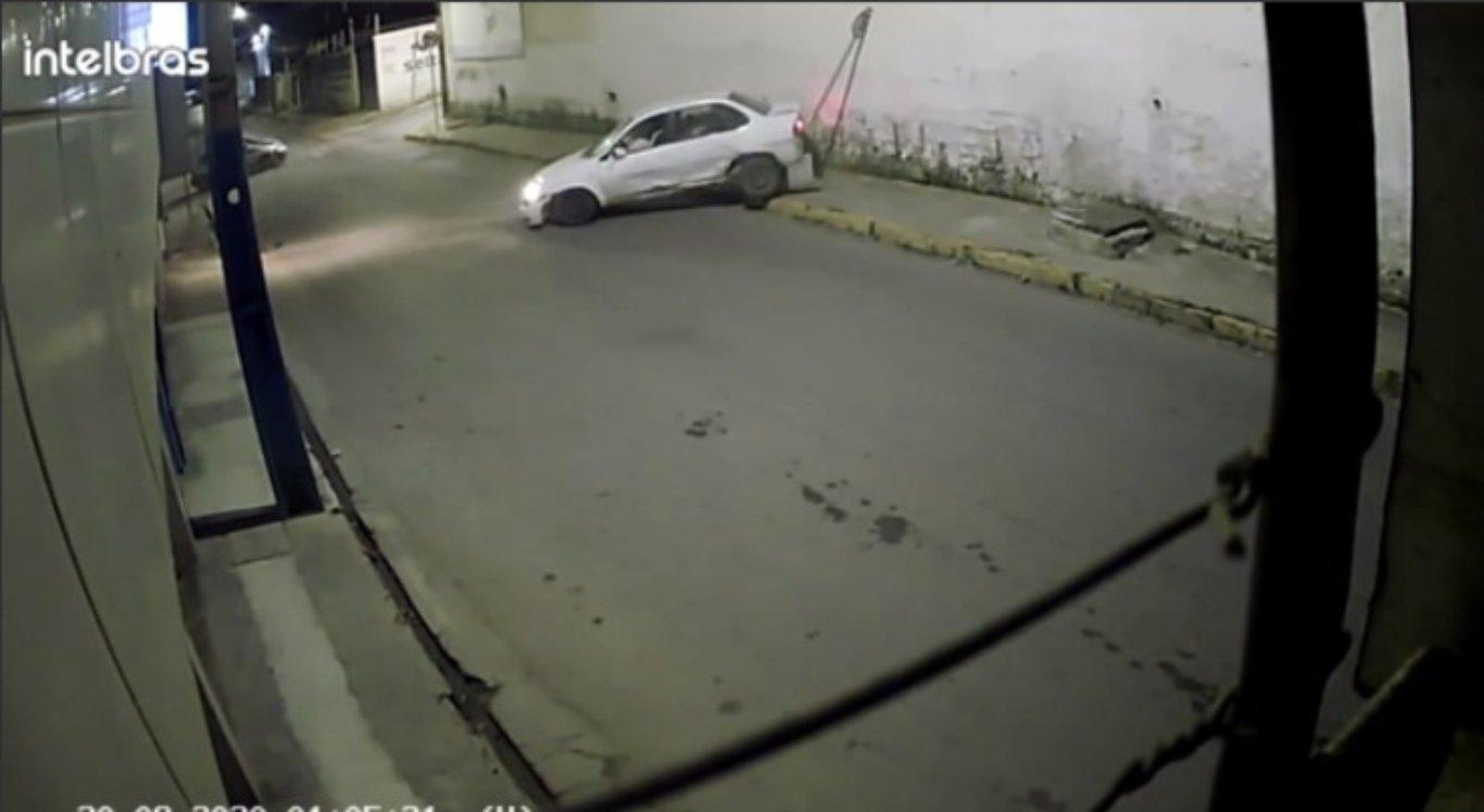 Dois carros colidem durante a madrugada em Caruaru