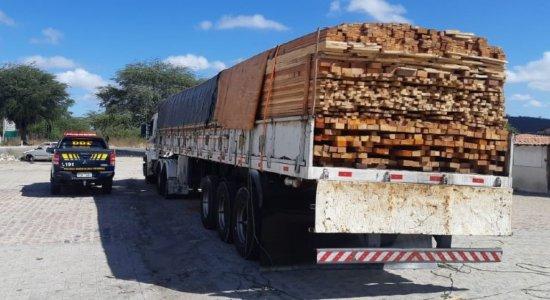 PRF retém caminhão com madeira sem documentação ambiental em Sertânia