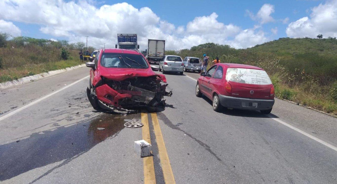 Acidente envolvendo 4 veículos deixa uma pessoa gravemente ferida na BR-232