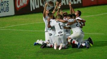 Jogadores do Santa Cruz comemorando gol