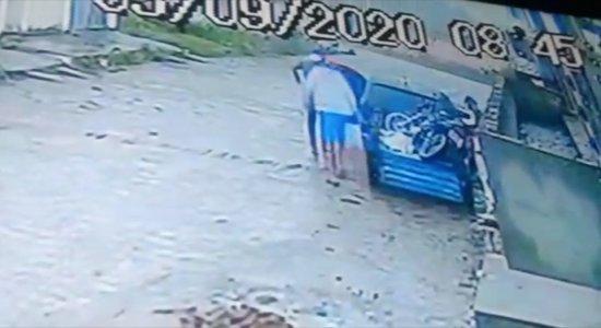 Os suspeitos utilizaram um reboque para furtar a motocicleta da vítima