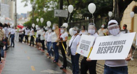 Donos de escolas particulares, funcionários e professores protestam por volta às aulas presenciais