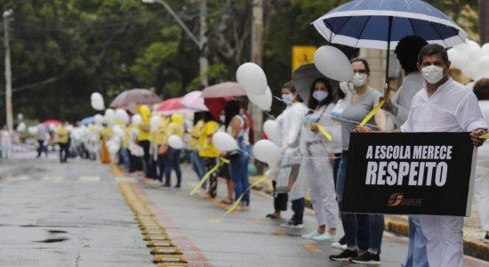 Profissionais da rede particular de ensino protestam por retorno das aulas em Pernambuco