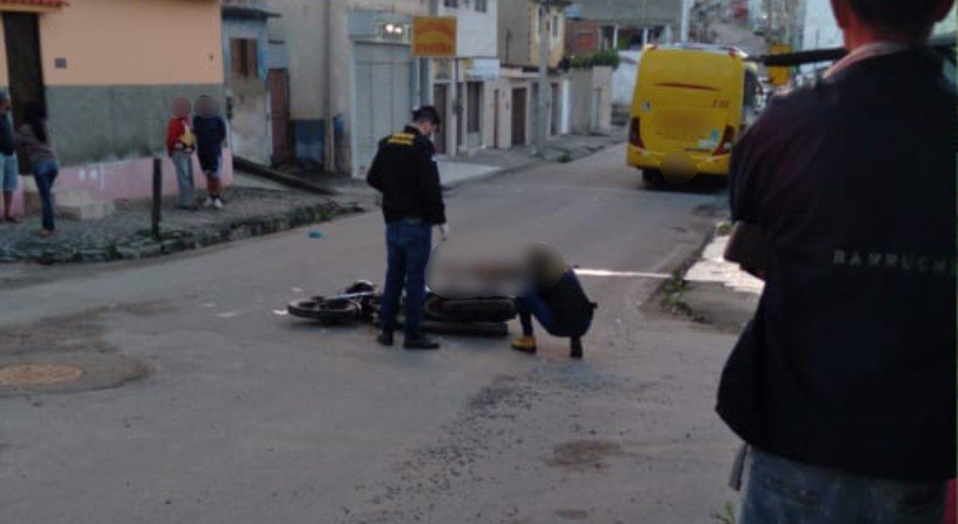 Um dos suspeitos morreu no local