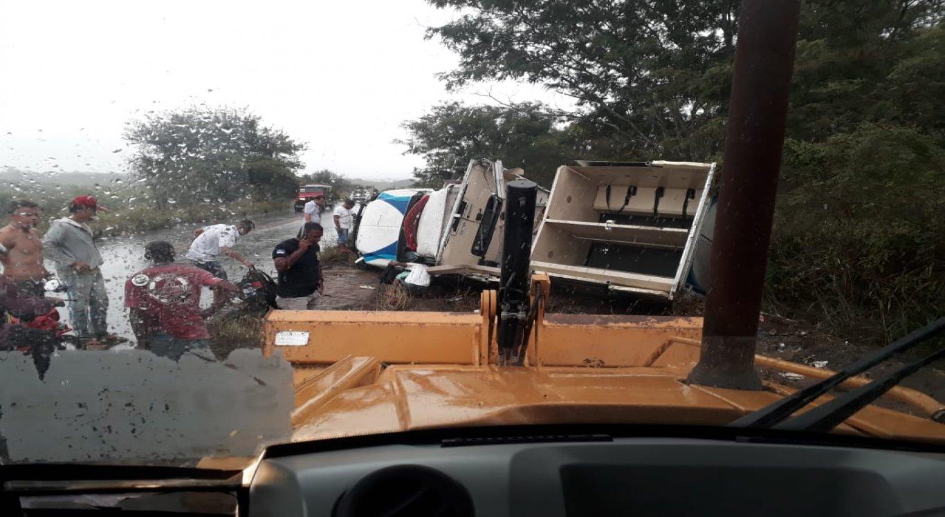Aproximadamente 15 detentos se encontravam na viatura, que ficou praticamente destruída no acidente