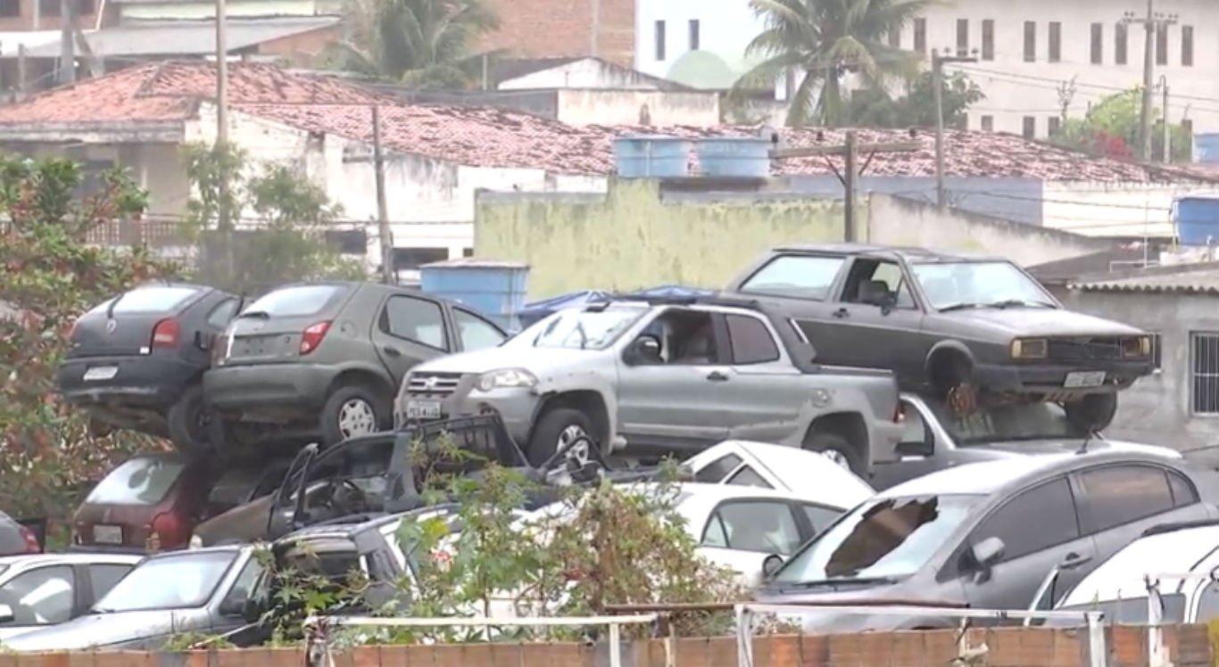 Carros estão amontoados no pátio do antigo prédio da 14ª Delegacia Seccional