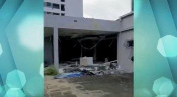 Criminosos destruíram móveis, portas, estruturas de vidro e roubaram fios de cobre da agência