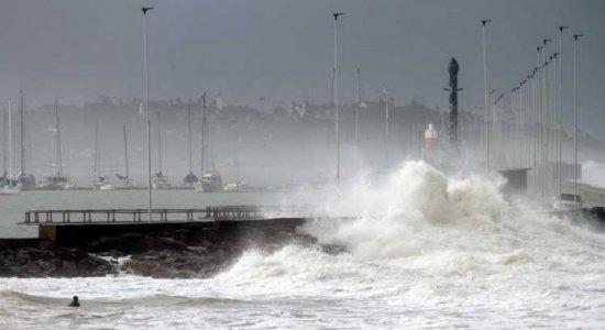 Marinha prorroga alerta de ressaca com ondas de até 2,5 metros para o litoral pernambucano