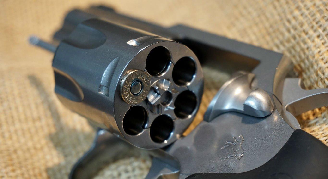 Na roleta-russa só se usa uma bala no revólver