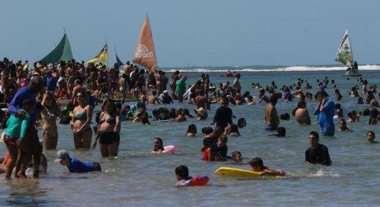 Domingo de praias lotadas em Boa Viagem e Porto de Galinhas com aglomerações e pouco uso de máscara