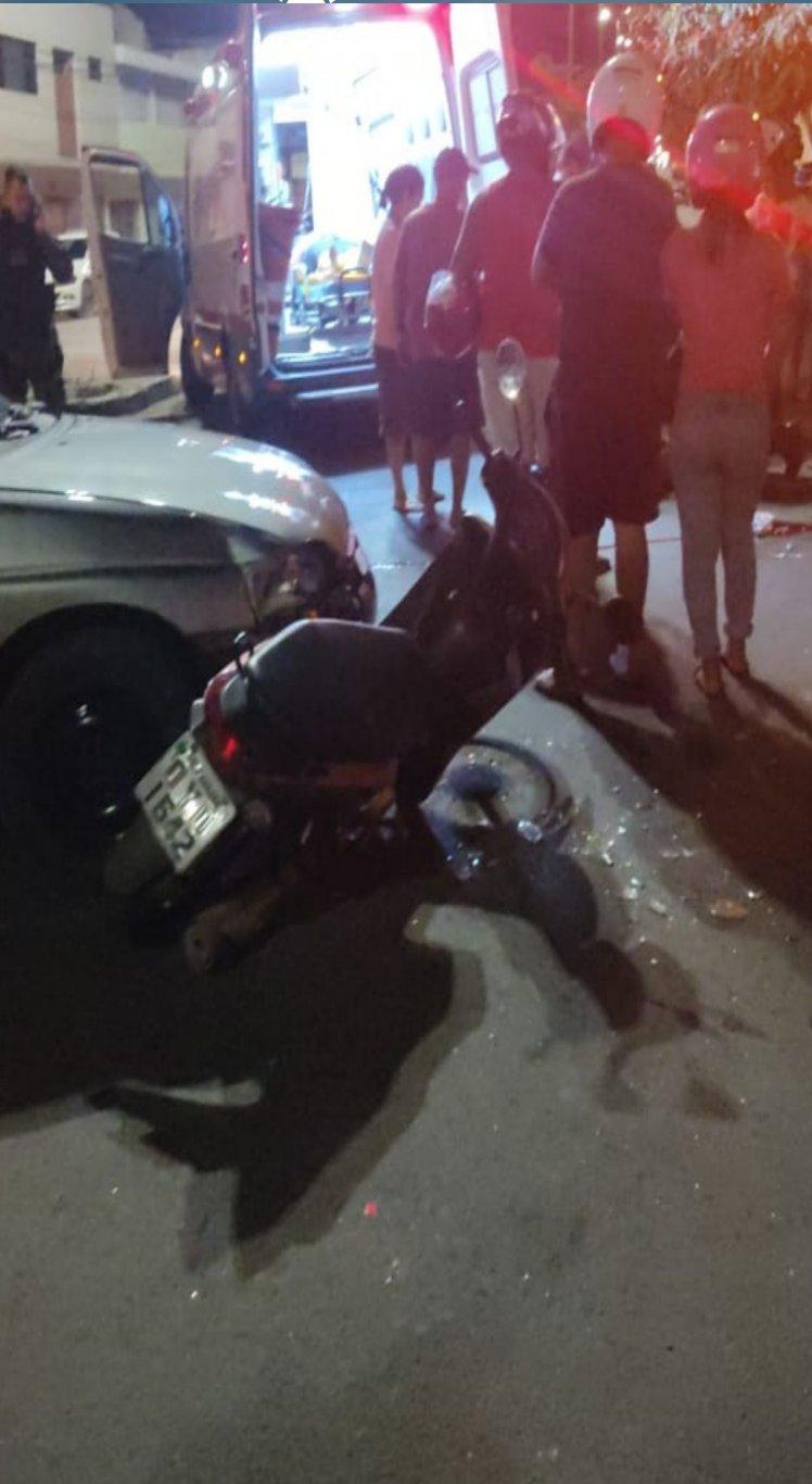 As vítimas estavam circulando numa motocicleta, quando bateram num carro