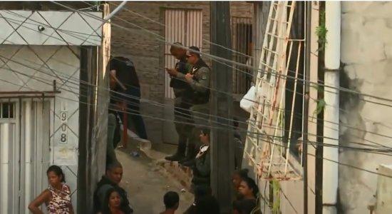 Homem é morto com vários tiros quando passava por uma escadaria no Ibura