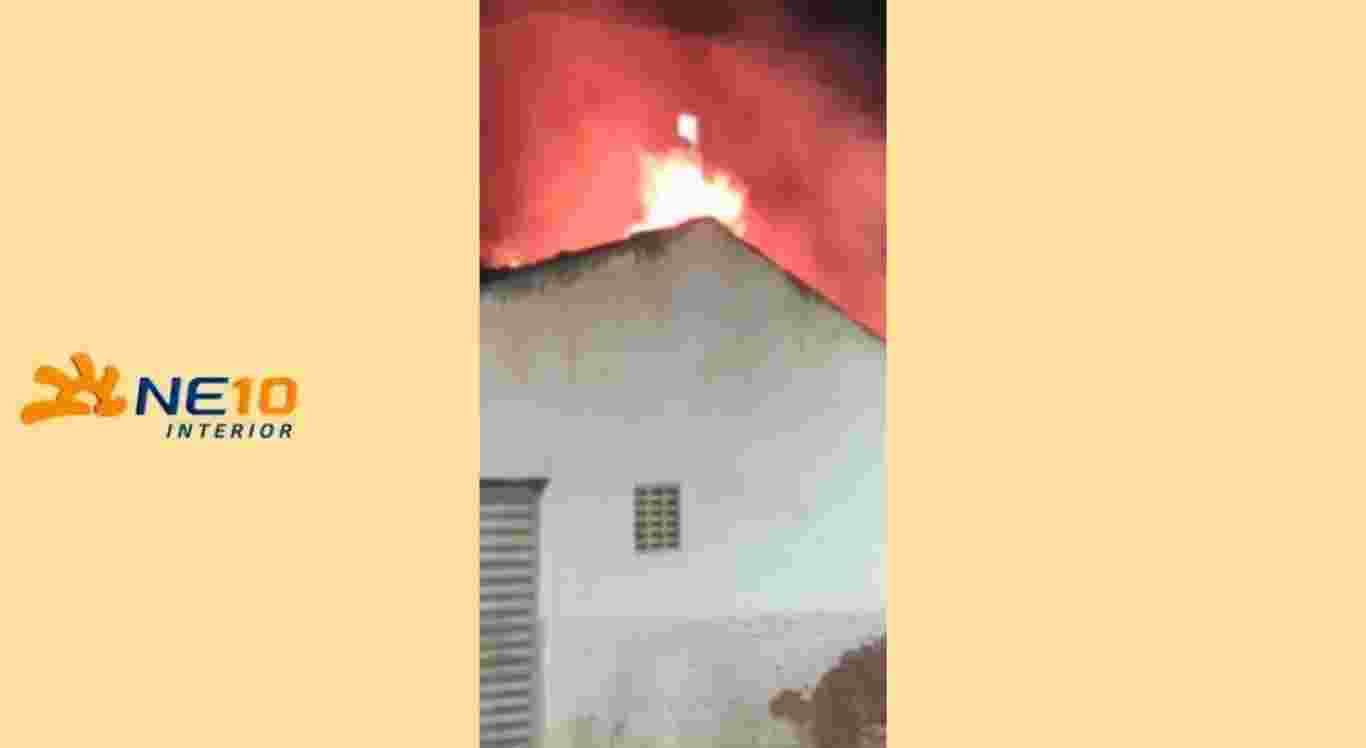 Casa que servia de depósito de materiais recicláveis é atingida por incêndio