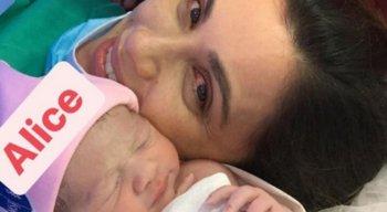 Anne Barretto, apresentadora da TV Jornal, ao lado da filha Alice após o parto