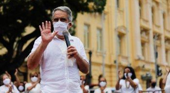 Após reunião com representantes do governo, José Ricardo Diniz anunciou que decreto suspendendo aulas não seria renovado e foi aplaudido