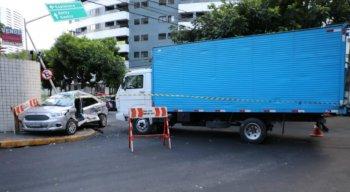 O acidente entre carro de passeio e caminhão aconteceu em um cruzamento no bairro das Graças