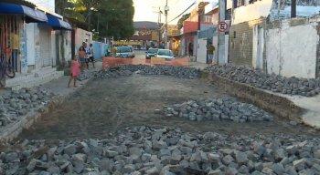 Eles relatam que a obra de pavimentação começou há mais de dois meses
