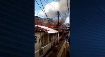 Vídeo mostra a altura das chamas na casa em Jaboatão dos Guararapes