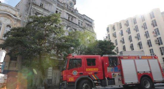 Incêndio atinge antigo prédio de jornal, no Centro do Recife