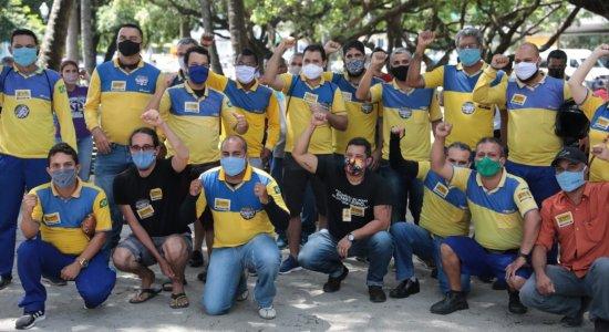 Em greve, trabalhadores dos Correios realizam ato público no Recife