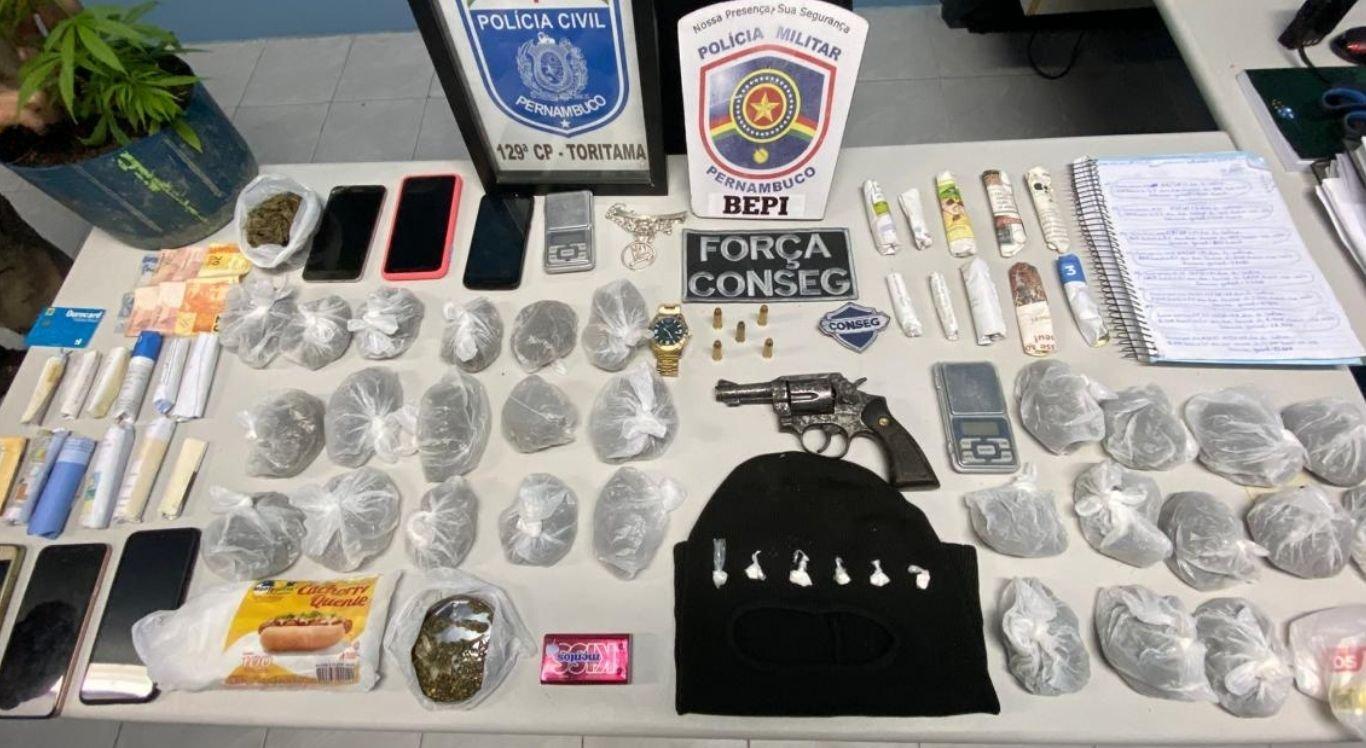 Volumes de drogas foram apreendidos durante a operação