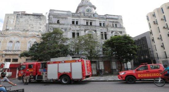 Príncipio de incêndio em prédio na Praça da Independência, no Recife, mostra descaso pelo imóvel histórico
