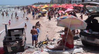 Domingo de sol atraiu banhistas para as praias do Pina e Boa Viagem; muitos sem máscara