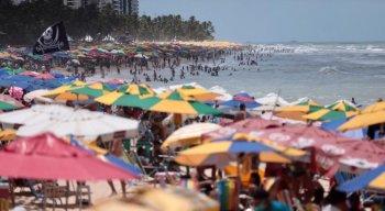 Banhistas aproveitaram o dia ensolarado na praia de Boa Viagem; muitos desrespeitaram medidas sanitárias