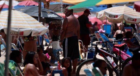 Movimentação em domingo de sol na praia de Boa Viagem, Zona Sul do Recife