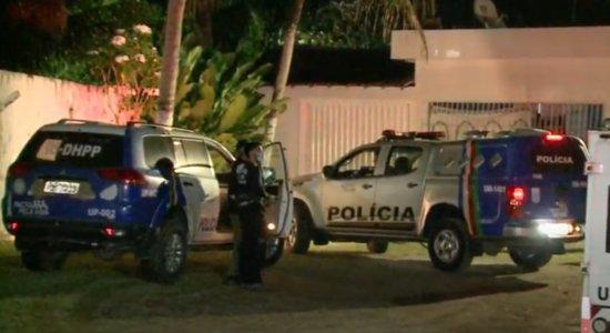 Cabo: Padrasto e enteada são assassinados a tiros dentro de estacionamento de parque aquático