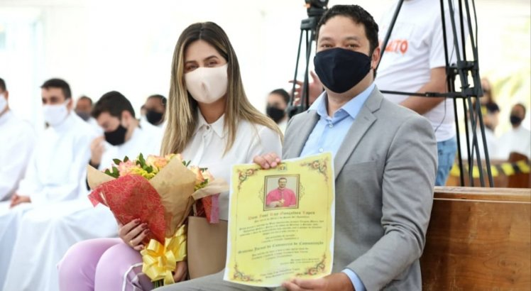 Isabela Barbosa e Carlos Humberto representaram o SJCC durante a homenagem