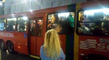 Ônibus da linha T.I. Joana Bezerra/Aeroporto lotado em meio à pandemia do novo coronavírus