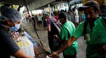 Moradores de rua do Recife recebem alimentos de ONGS durante pandemia do coronavírus