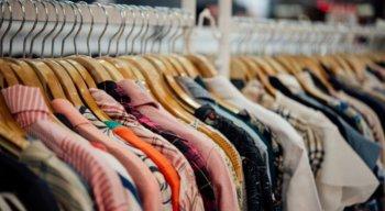 As mercadorias encontradas no estabelecimento e vendidas no local eram camisas, bermudas, tênis, bonés, entre outras peças falsificadas.