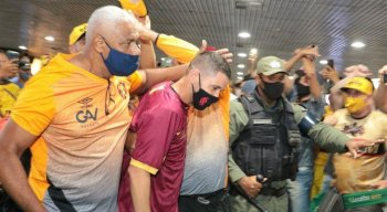 Seguranças do Sport e a Polícia Militar tentaram proteger Thiago Neves do túmulto
