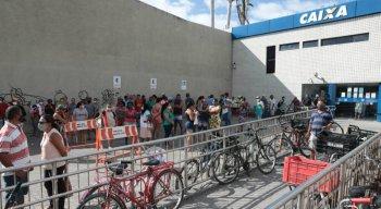 População faz longa fila, neste sábado (19), para saque do auxílio emergencial