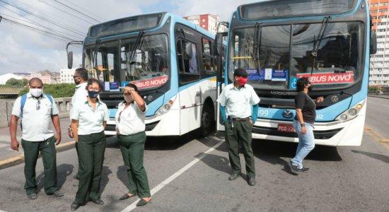 Rodoviários voltam a protestar no Centro do Recife contra dupla função de motoristas