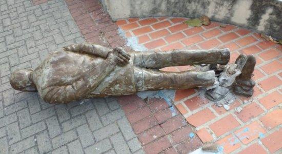 Estátua de Ariano Suassuna é depredada no Centro do Recife - TV Jornal