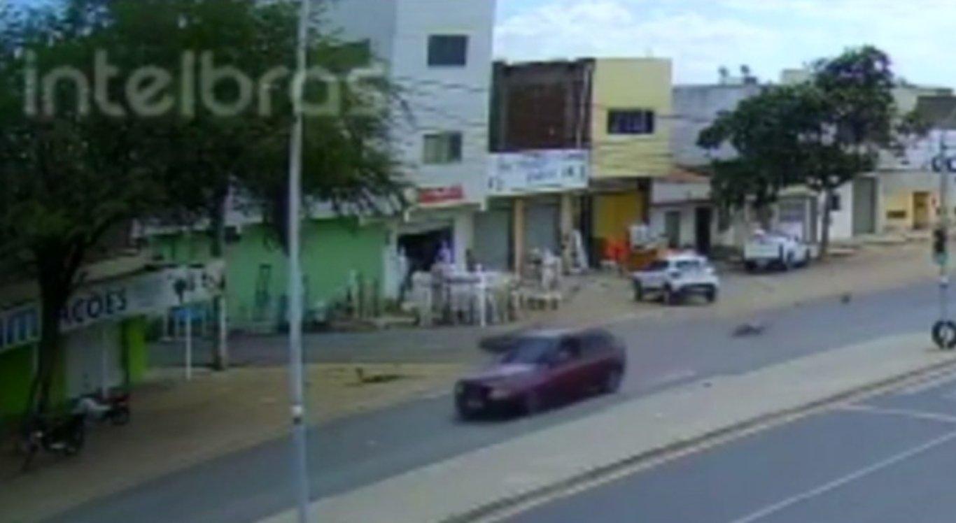 Câmeras de segurança flagraram o acidente