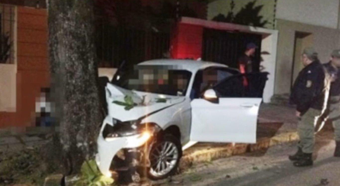 Carro colidiu em árvore em Garanhuns