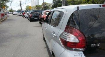 Fila de carros aguardando testagem, durante a manhã desta terça-feira (22)