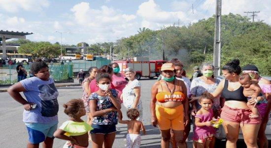 Moradores de comunidade próxima ao TI do Barro, no Recife, protestam contra ação policial