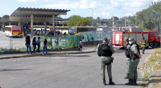 Moradores do entorno do Terminal Integrado do Barro protestam contra ações da PM