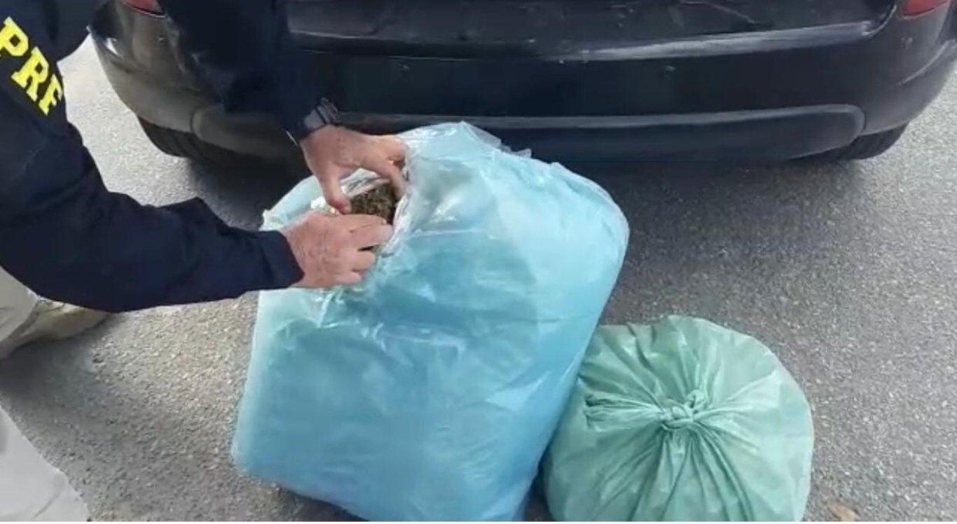 Maconha foi encontrada no porta-malas do carro