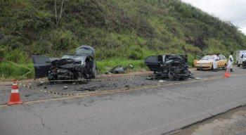 Os veículos envolvidos na colisão ficaram destruídos
