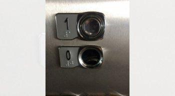 O elevador teve os botões retirados por vândalos