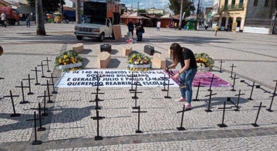 Com cruzes e faixas, professores protestam contra a reabertura de escolas