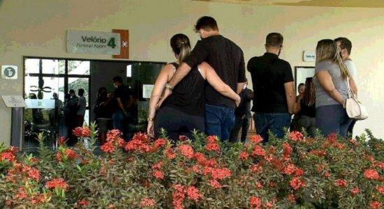 Sargento, esposa e gestante mortos em acidente na PE-60 são enterrados