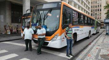 Segundo a Autarquia de Trânsito e Transporte Urbano do Recife (CTTU), a classe bloqueou o trânsito na Rua do Hospício e na Rua da Aurora